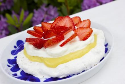 marängbakelse med vaniljkräm och jordgubbar