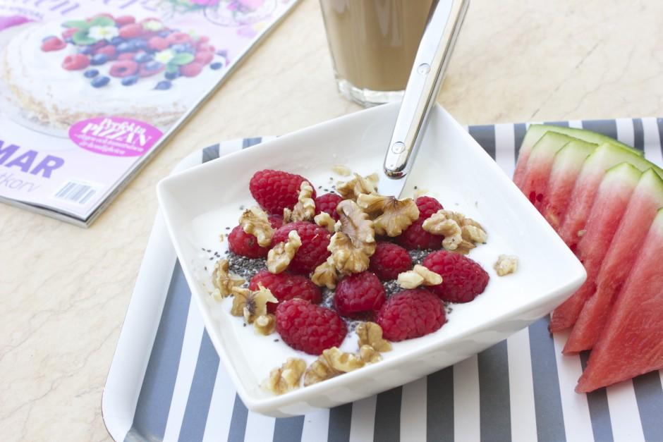 naturell yoghurt med chia, hallon och valnötter