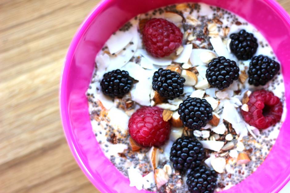 Björnbär och hallon med naturell yoghurt