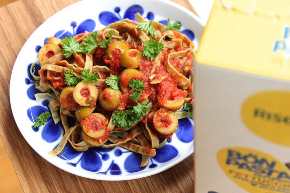 tomatsås med kapris och oliver