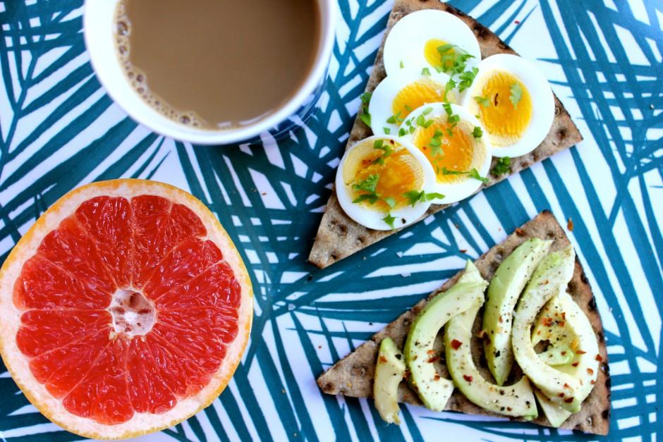 Knäckebröd med avocado chiliflakes och ägg