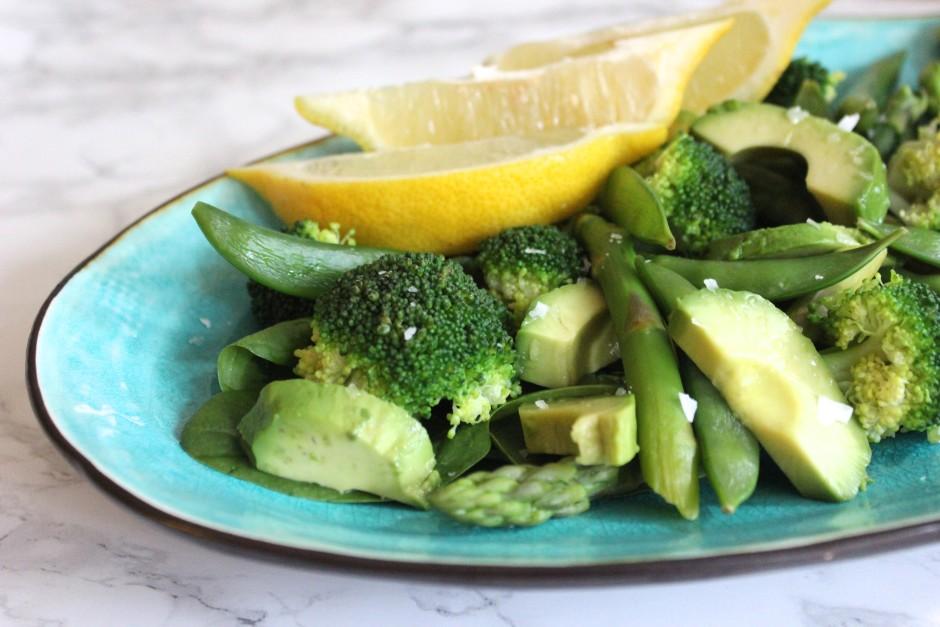 ljummen grönsallad med avokado, broccoli, babyspenat, broccoli, sockerärtor, sparris och citron