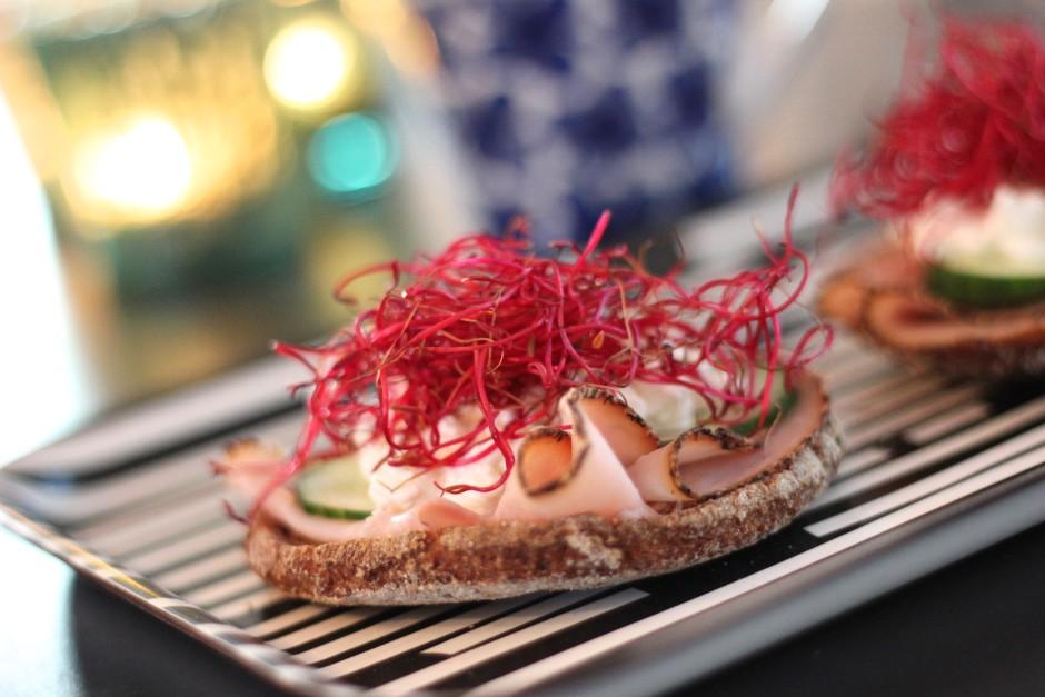 smörgås med rödbetsgroddar och pastrami