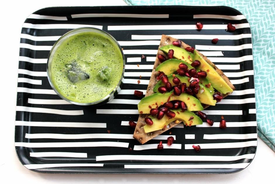 knäcke med avokado, chili och granatäpple, syrlig smoothie med spenat och ingefära