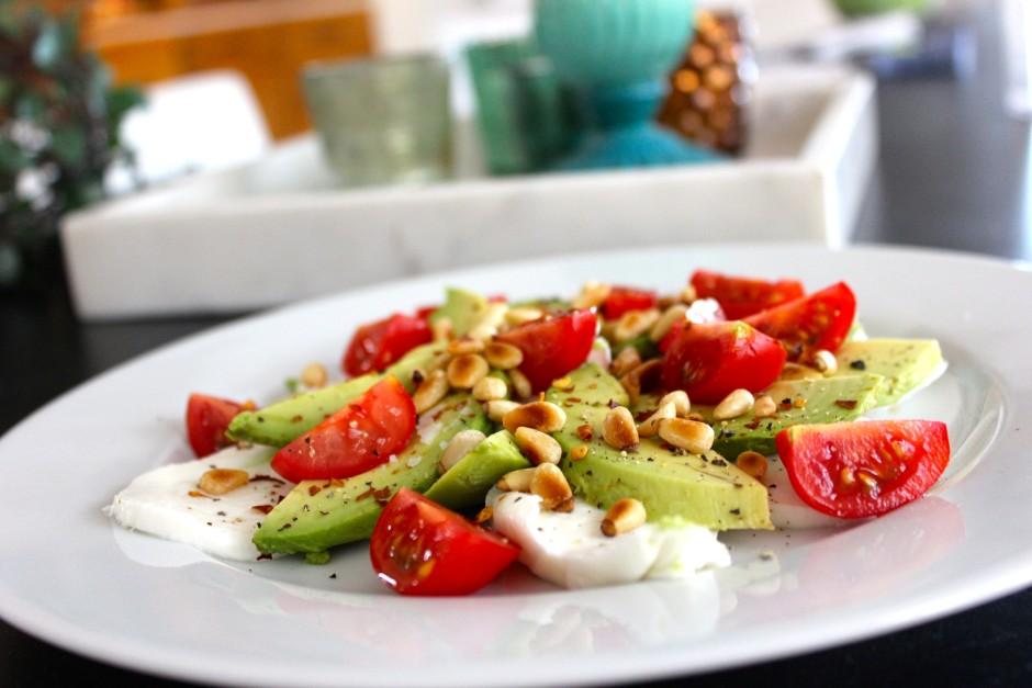 mozzarella, tomater, avokado och rostade pinenötter