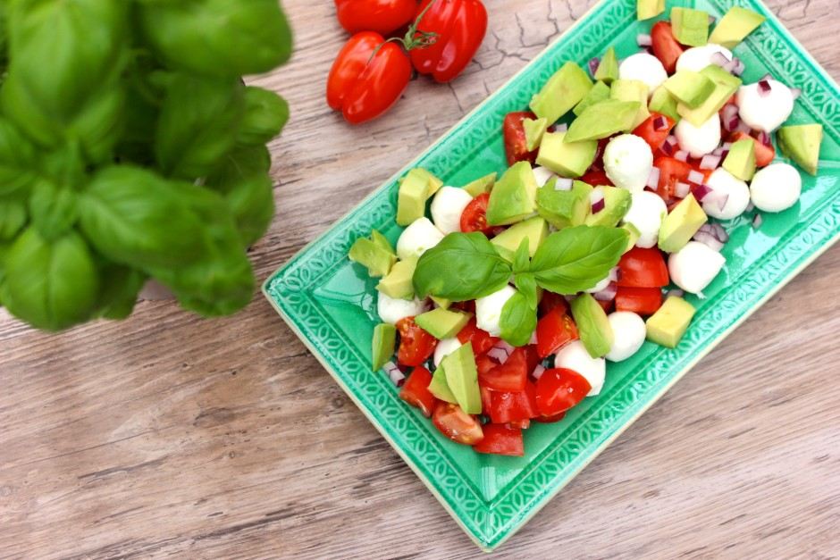 Tomat och mozzarellasallad med avokado
