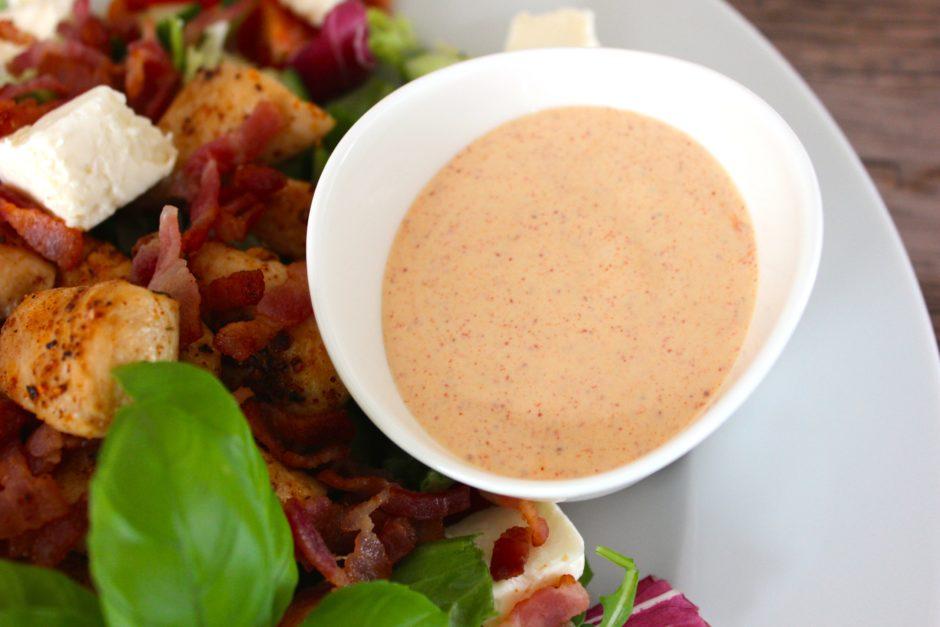 Kycklingsallad med knaperstekt bacon och chilimajonäs, Lchf