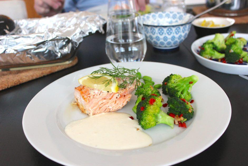 lax i ugn med vitlöksfräst broccoli och pepparrotssås, lchf