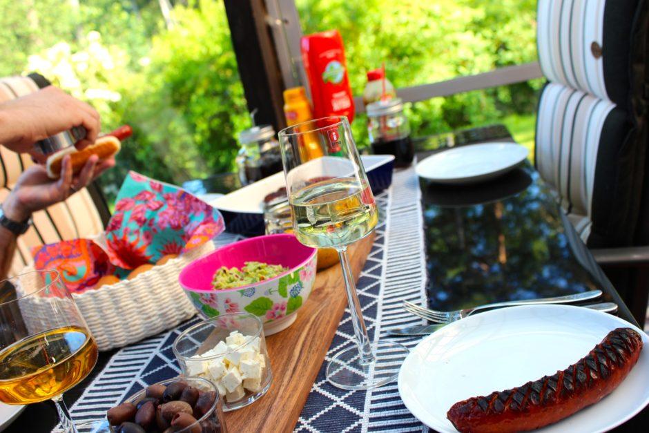 Grilad korv med guacamole och hummus med smak av curry