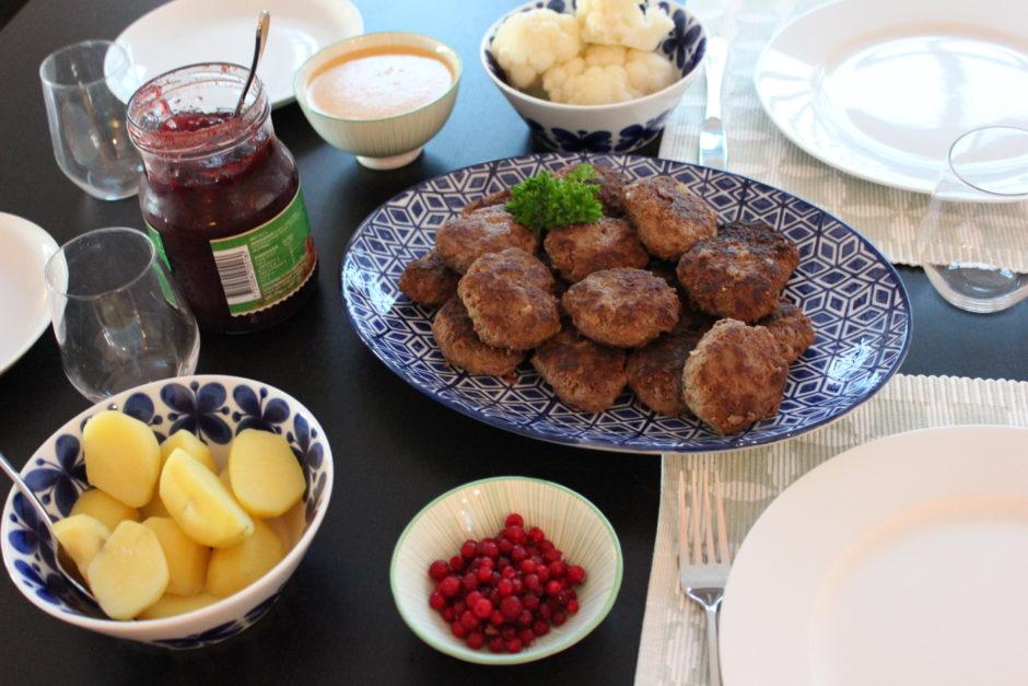 Pannbiffar med gräddsås, kokt blomkål och lingon, husmanskost, lchf