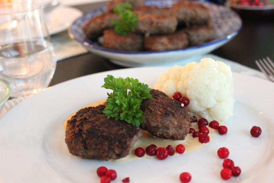 Pannbiff med gräddsås, kokt blomkål och lingon, husmanskost, lchf