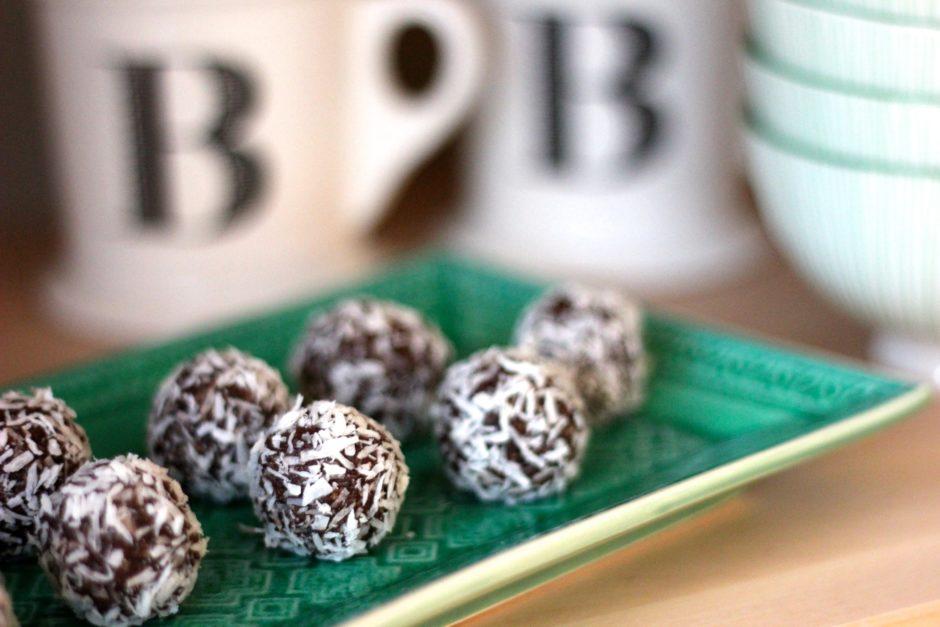sockerfria chokladbollar av nötter och dadlar