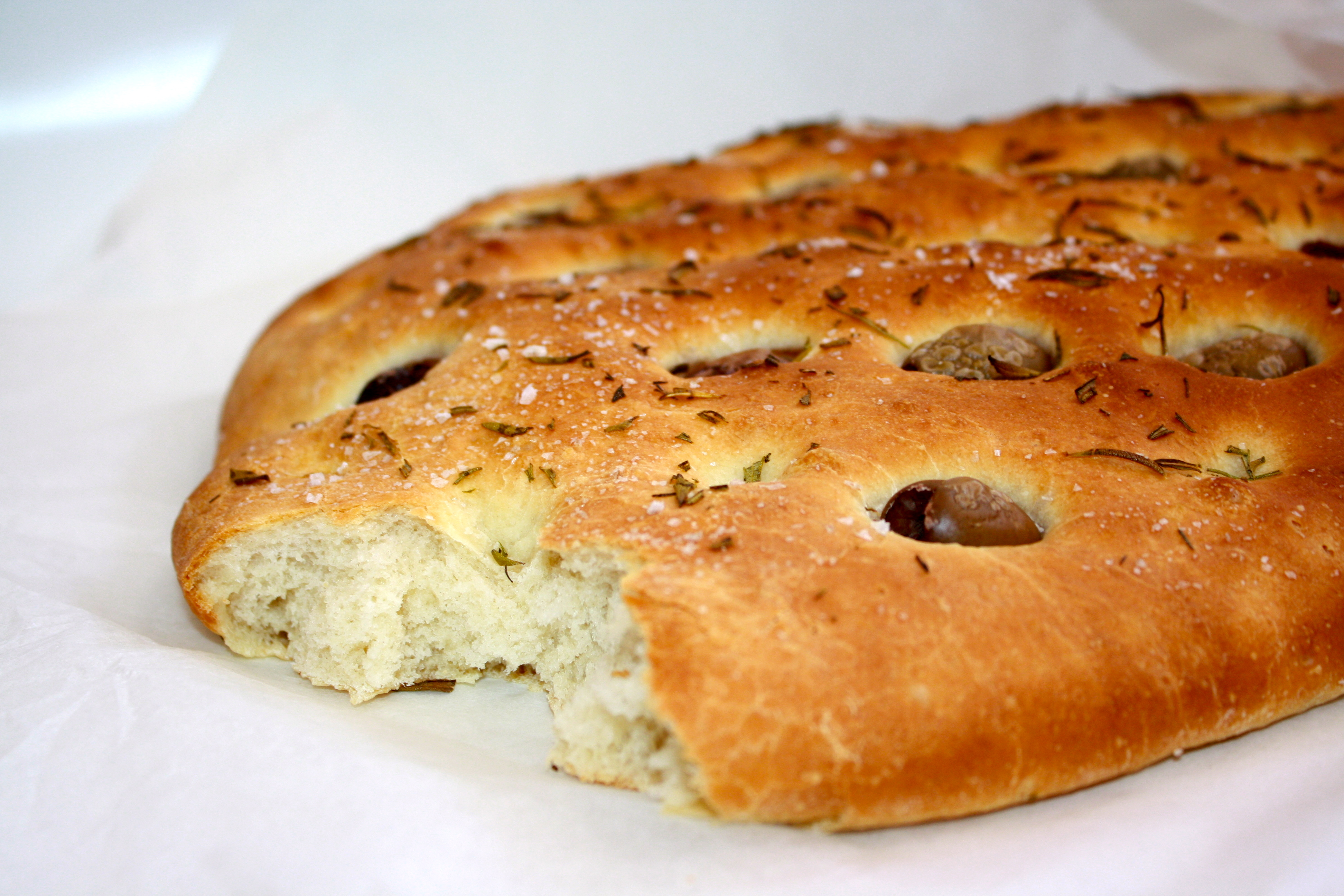 bröd med oliver och soltorkade tomater