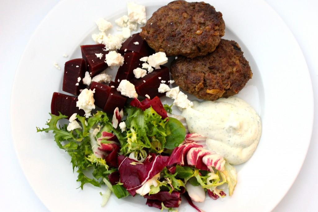 köttfärsbiffar med örtagårdssås