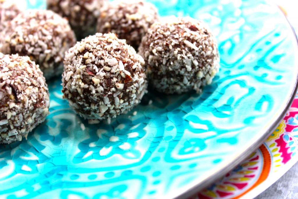 chokladbollar av nötter dadlar och maca