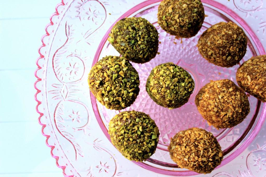 raw chokladbollar med gojupulver och dadlar