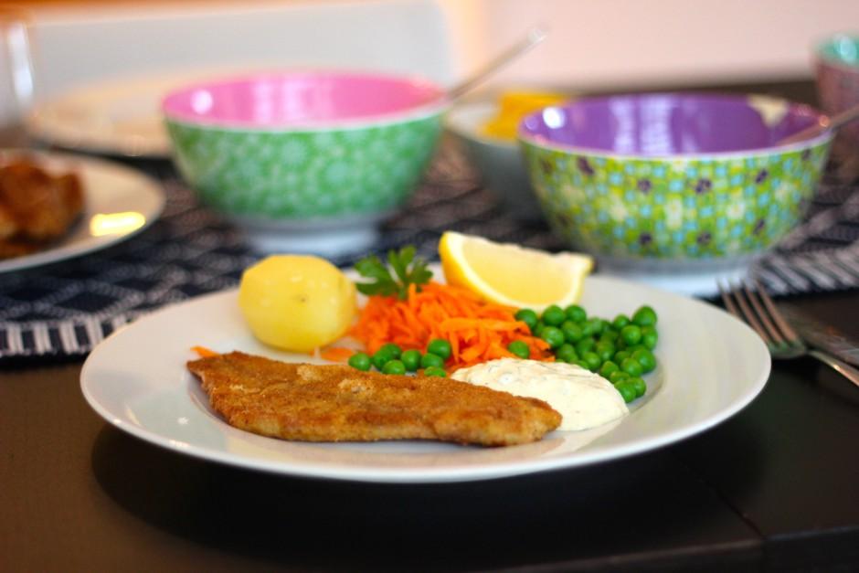 fiskpinnar panerad rödspätta med dillsås och remouladsås