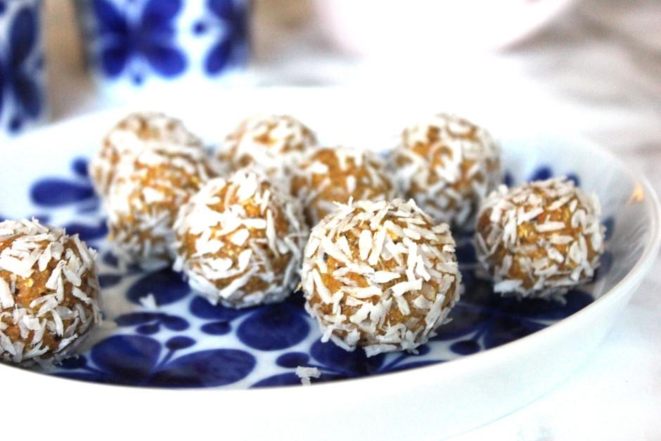 morotsbollar av dadlar, cashewnötter och rivna morötter