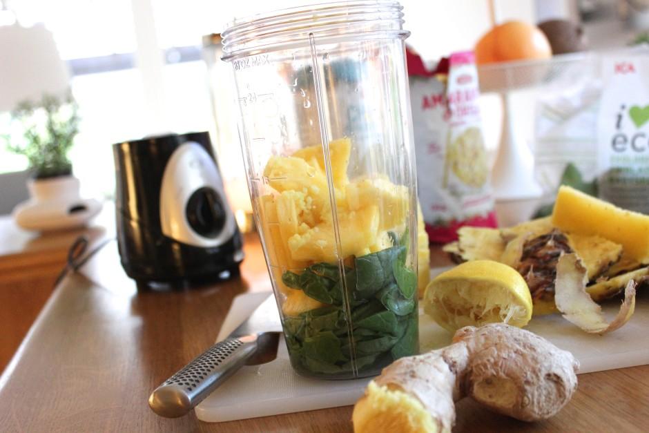 anans och spenat smoothie med citron och ingefära