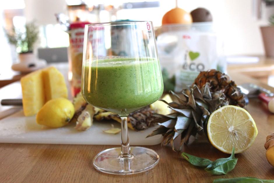 ananas och spenat smoothie med citron och ingefära
