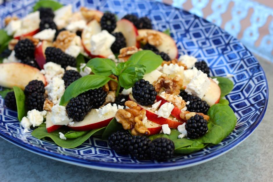 sallad med björnbär, fetaost, nektarin och valnötter