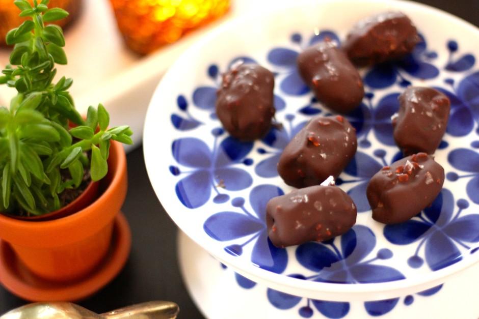 chokladdoppade dadlar med flingsalt