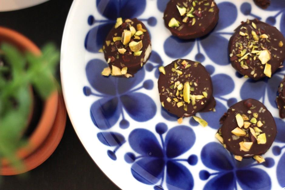 chokladdoppade bananer med pistagenötter