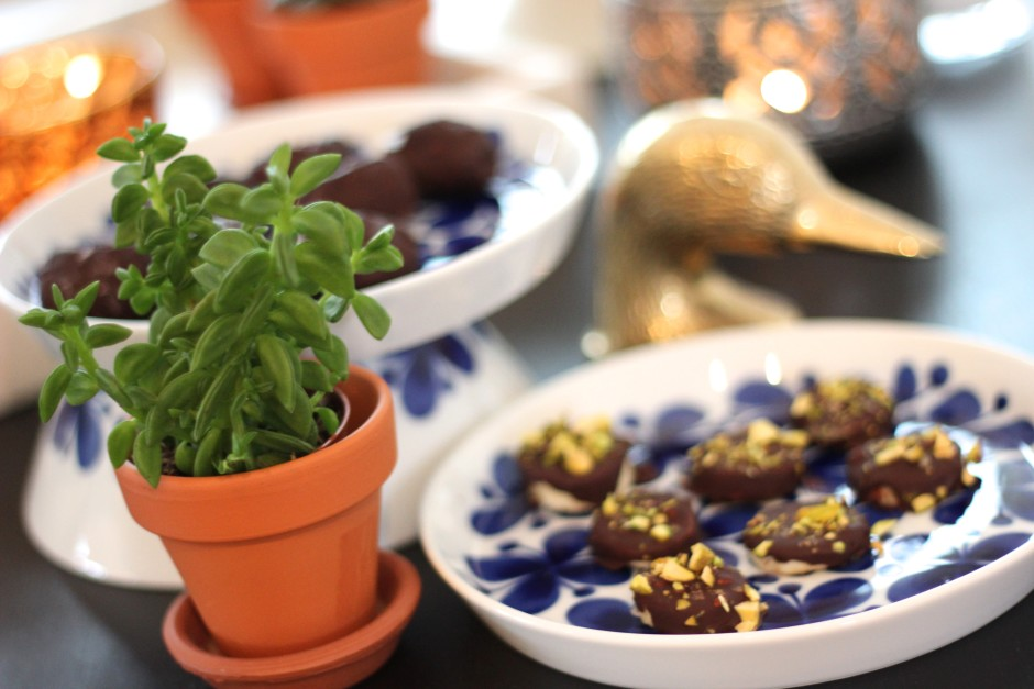 chokladdoppade dadlar med flingsalt och chokladdoppade bananer med pistagenötter