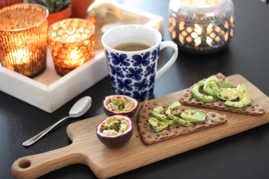 knäcke med avokado och chiliflakes
