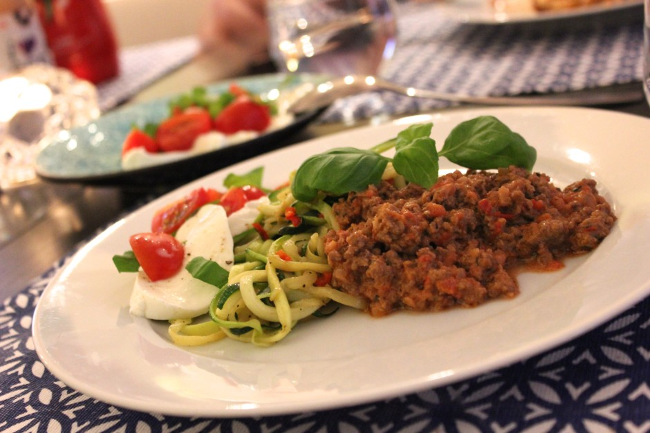 zucchinipasta med köttfärsås med gräddfil och tabasco