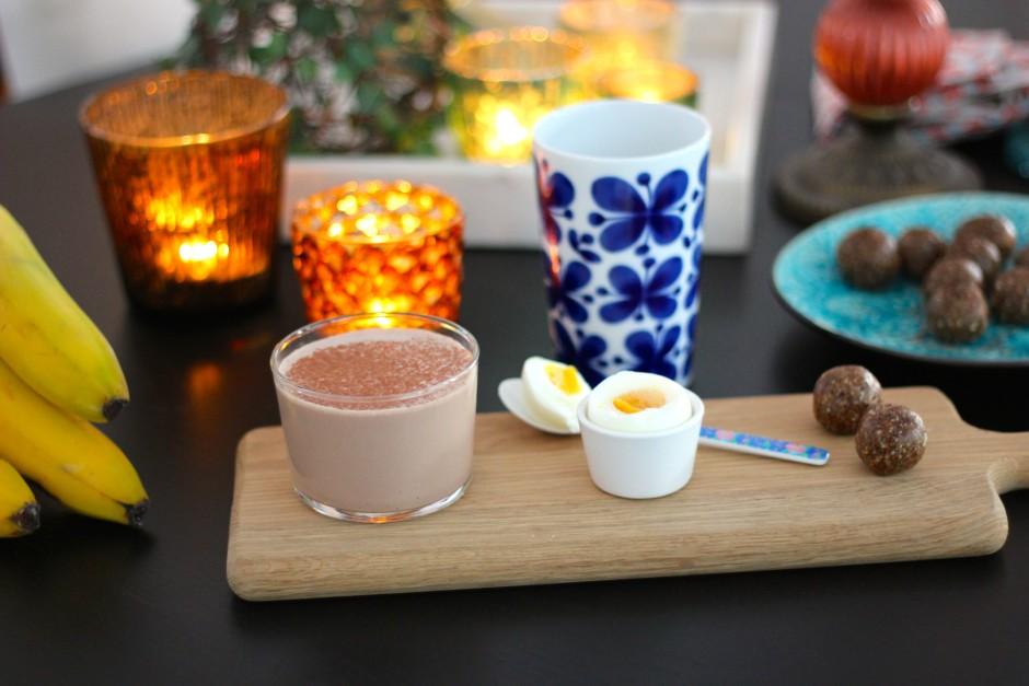 rawbollar med smak av pepparkaka och banansmoothie