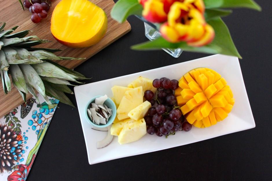 Fruktfat, mango, ananas, vindruvor och kokoschips