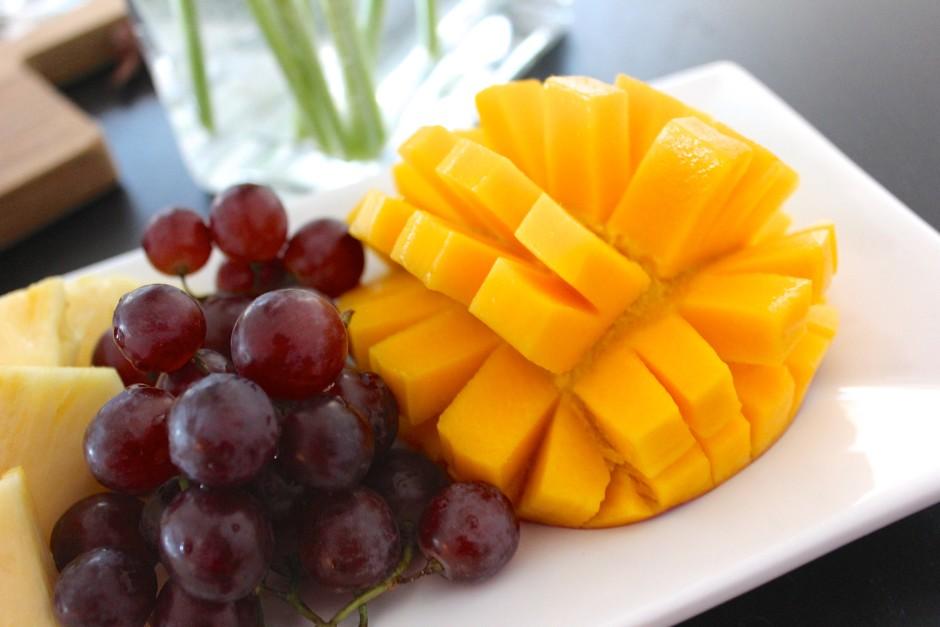 fruktfat med mango, vindruvor, kokoschips och ananas