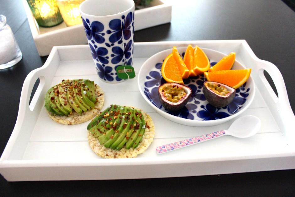 Majskaka med avokado och chili, te och frukt till frukost