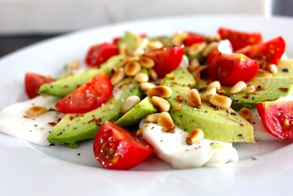 Mozzarella, tomat, avokado och rostade pinjenötter
