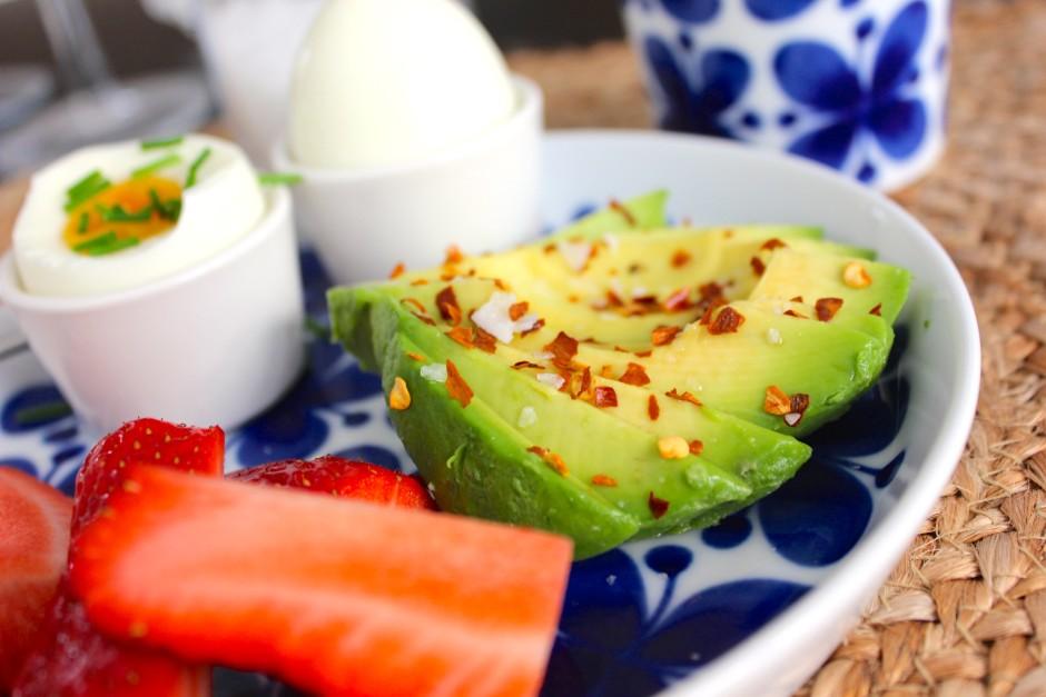 avokado med chili och flingsalt till frukost lchf