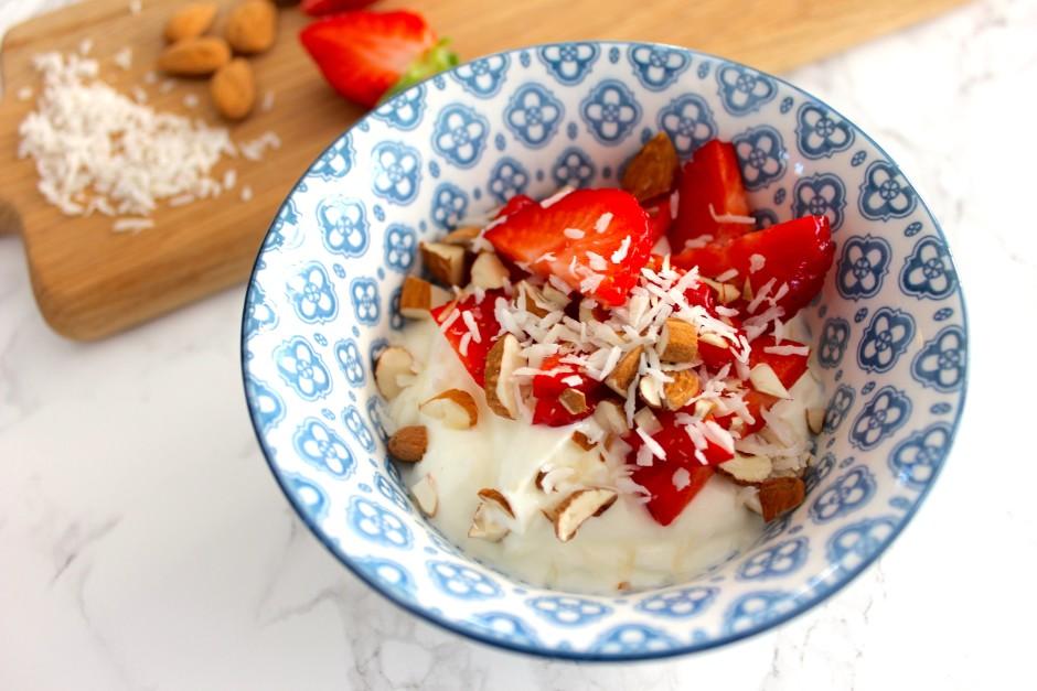 turkisk yoghurt med jordgubbar, mandel och kokos lchf