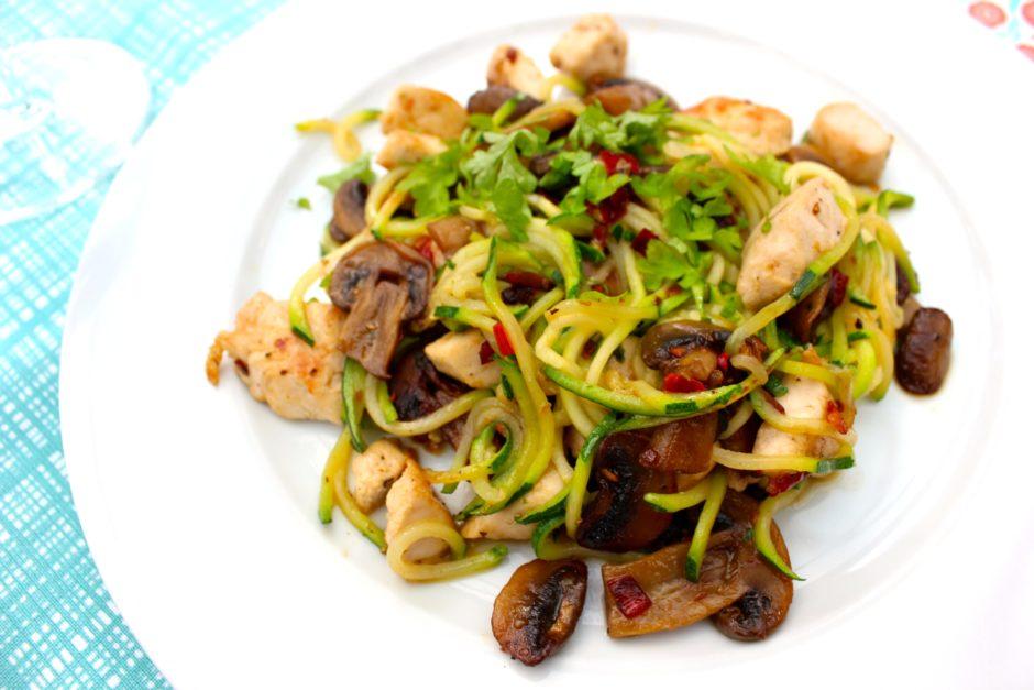 zoodles med kyckling, champinjoner och chili