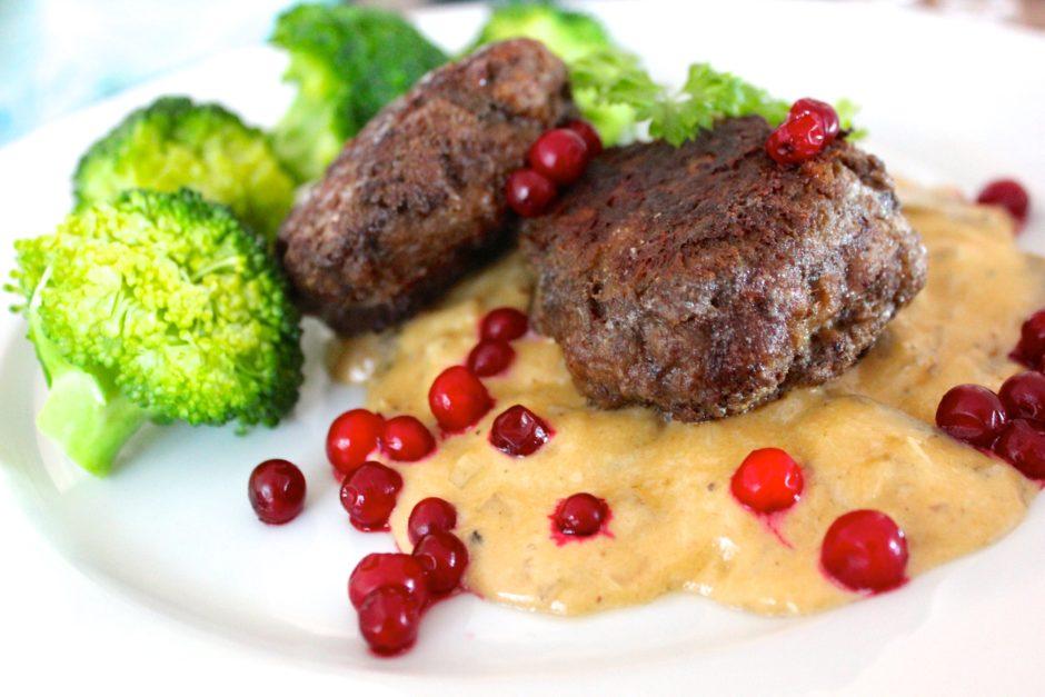 pannbiff med champinjonsås, lingon och kokt broccoli, lchf