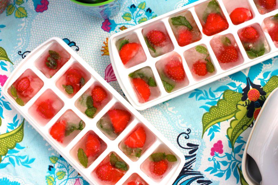 Isbitar med jordgubbar och mynta