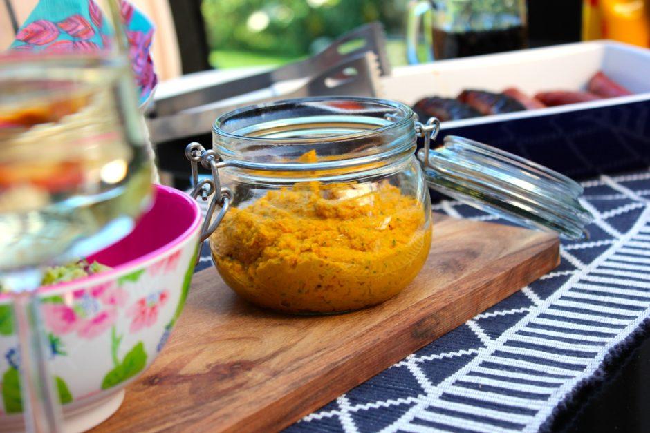 Grillad korv med guacamole och hummus med smak av curry