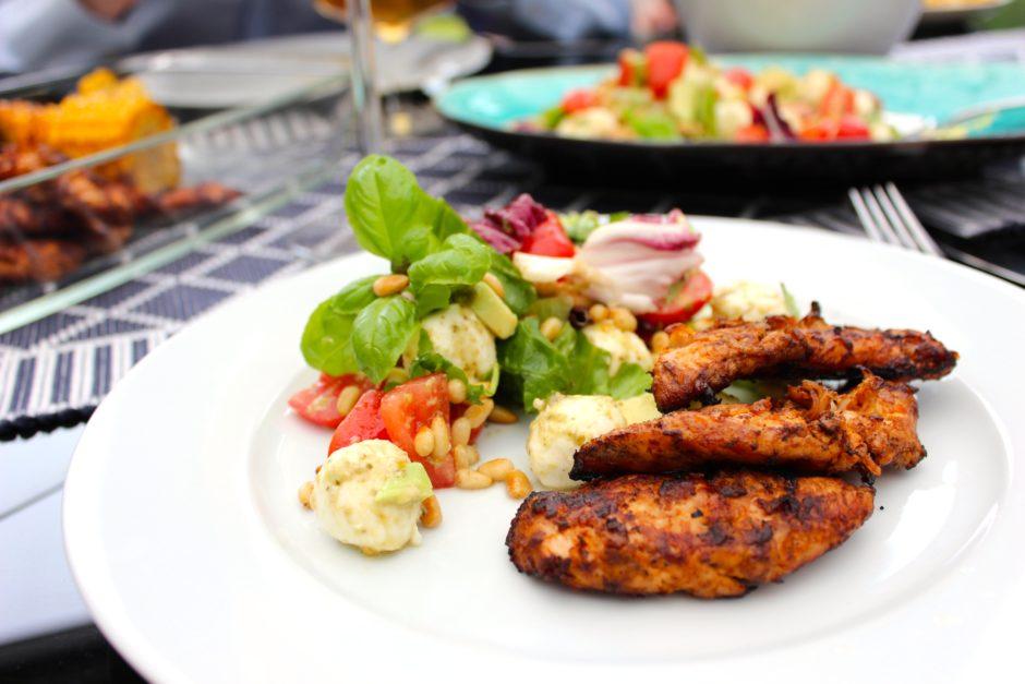 Tomat mozzarella med pesto, kycklinginnerfilé lchf