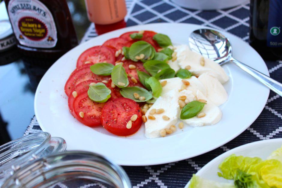 tomat och mozzarella med basilika och rostade pinjenötter, lchf
