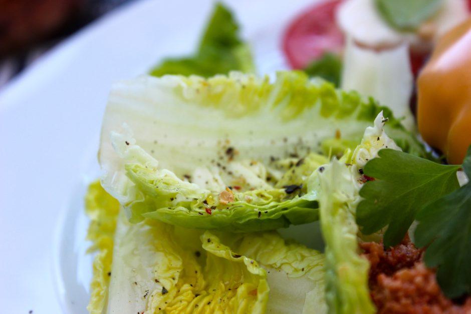 salladsblad med olivolja och kryddor, lchf