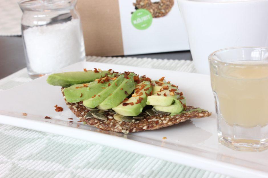 Fröknäcke med avokado, chili och flingsalt, lchf