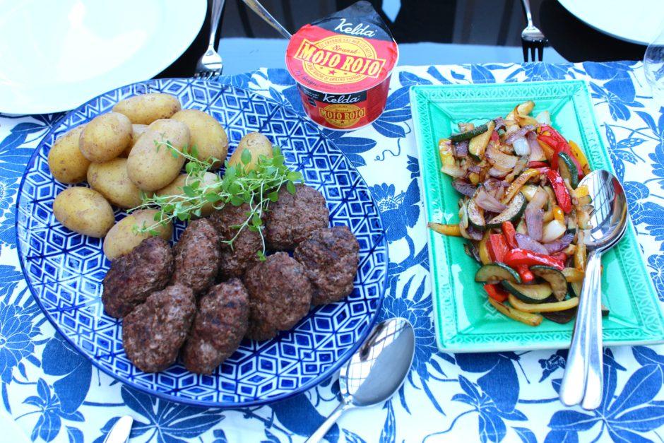 grillade hamburgare med frästa grönsaker och mojo rojo sås, lchf