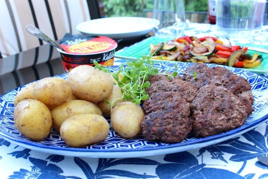 Grillade hamburgare med frästa grönsaker och mojo sojo sås, lchf
