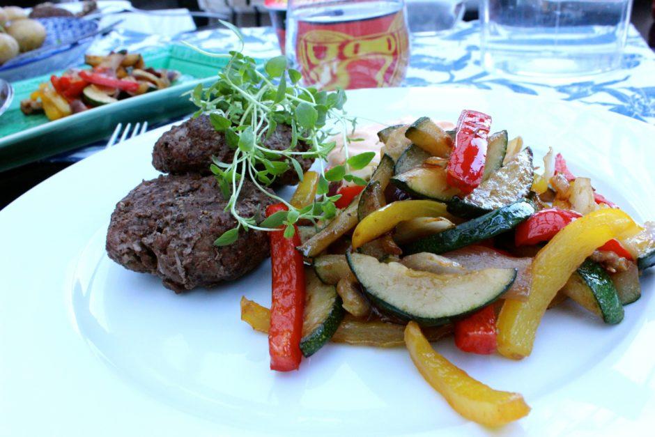 Grillade hamburgare med frästa grönsaker och mojo rojo sås