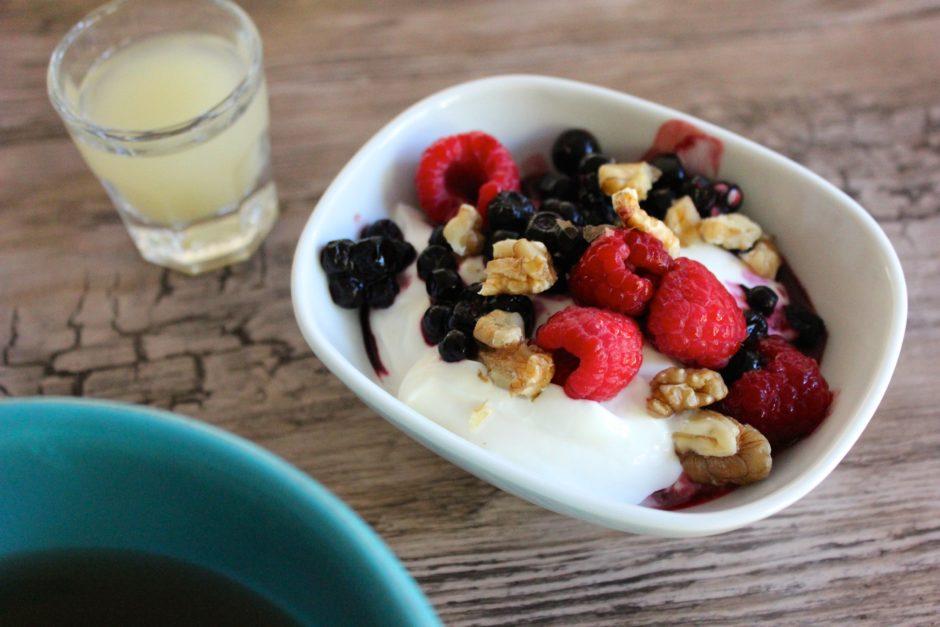 rysk yoghurt med bär och valnötter